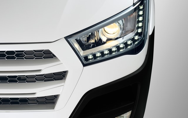 LED DRL and projection headlamps (Luxury Trim)